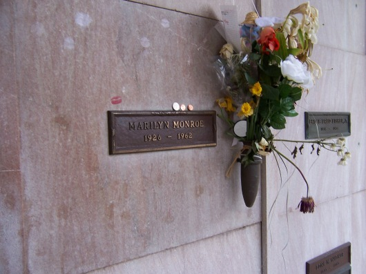 """Marilyn Monroe crypt2"" by User:Oleg Alexandrov. Original uploader was Oleg Alexandrov at en.wikipedia - Transferred from en.wikipedia(Original text : Made by Kodak Easy Share camera by User:Oleg Alexandrov). Licensed under Public Domain via Wikimedia Commons - https://commons.wikimedia.org/wiki/File:Marilyn_Monroe_crypt2.jpg#/media/File:Marilyn_Monroe_crypt2.jpg"